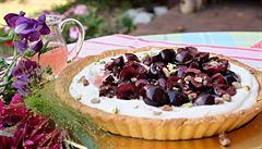 Třešně, pistácie a růžový sirup v křehkém koláči s chladivým jogurtovým krémem