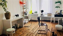 Jak bydlí designéři: funkcionalistický byt, obrazy od Bolfa a starožitný skleník