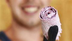 Hitem léta na pláži v Plzni je rolovaná zmrzlina