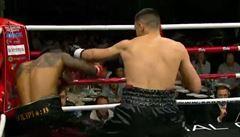 VIDEO Ostuda. Boxer s přezdívkou po slepém zpěvákovi simuloval knockoutovou prohru