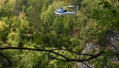 Hasiči a dva vrtulníky zachraňovali z lomu Malá Amerika zraněného a 10 lidí, kteří mu pomáhali