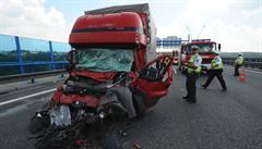 Řidič kamionu zkolaboval za volantem a zemřel. Dálnice D5 na Tachovsku je uzavřená