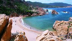 Sardinie bojuje proti turistům, kteří kradou z pláží písek. Úřady rozdávají pokuty