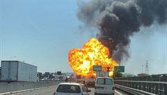 Apokalyptický pohled. Na dálnici u Boloně explodoval kamion s chemikáliemi, 2 mrtví a přes 60 zraněných