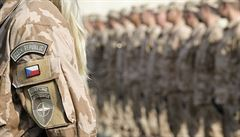 V Afghánistánu zemřel český voják. Čína otevře nejdelší 'mořský' most světa