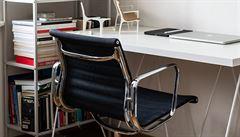 Jak bydlí designéři: terasa plná květin, zlatý ptáček a židle Bohém