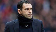 Poyet kritizoval vedení klubu, to ho na týden zbavilo funkce. Hráči protestují