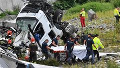Rodina s osmiletým synem na dovolené i pracující lidé. Most pohřbil nejméně 42 obětí