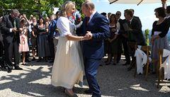 Putin míří na jednání s Merkelovou, po cestě si zatančil na svatbě rakouské ministryně zahraničí