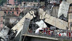 V Janově se zřítil kus dálničního mostu. Zemřelo nejméně 35 lidí, čtyři se podařilo vyprostit živé