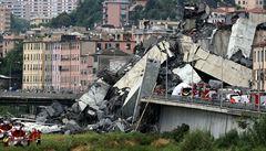 Při pádu mostu v Janově zemřelo nejméně 42 lidí, mezi nimi i tři děti