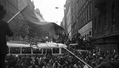 'Chtěl jsem vidět barikády'. Brit fotil okupaci v roce 1968 v Praze z převrácené dodávky
