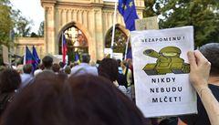 Stovky lidí u ruské ambasády připomněly okupaci i dnešní politiku Moskvy
