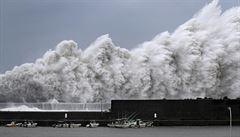 Tajfun v Japonsku si vyžádal jedenáct mrtvých a zhruba 470 zraněných, 400 tisíc domácností je bez proudu