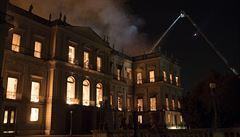 Vědci doufají, že část artefaktů přežila požár brazilského muzea. Budou hledat v popelu