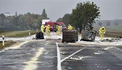 Z auta nedaleko Prahy vypadly barely s nebezpečnými látkami. Na místě se rozlilo tisíc litrů kyseliny sírové