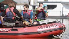 Greenpeace testuje vodu z Vltavy na přítomnost mikroplastů, hledá mikrovlákna unikající při praní