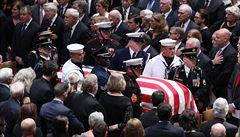 Washington se rozloučil s Johnem McCainem, promluvil Obama i Bush mladší