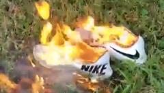 Hráč si klekl při hymně a lidé začali pálit boty Nike. Nová kampaň rozzuřila Trumpovy zastánce