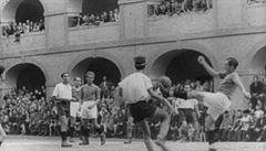 Zprávy dne podle editora: Vysmátí Řekové, vězeňský fotbal a erotika....