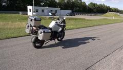BMW představilo samoříditelnou motorku. Umí sama nastartovat, dojet do cíle a zaparkovat