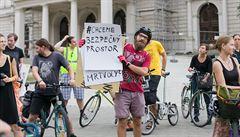Bezpečný odstup od cyklisty neumíme změřit, reaguje šéf dopraváků na novelu. Podle poslance ale nejde o centimetry