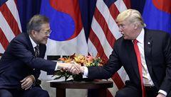 Trump a Mun Če-in podepsali dohodu o volném obchodu. O nových podmínkách USA jedná i s EU