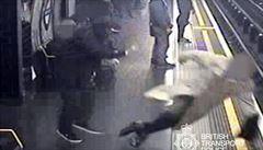 Brit strčil 91letého muže pasovaného na rytíře do kolejiště metra. Je vinný z pokusu o vraždu