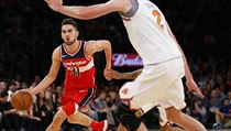 Washington Wizards guard Tomas Satoransky (31) drives to the basket against New...