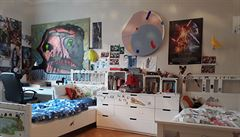 Jak bydlí designéři: dětské obrazy, stoletá podlaha a toaletní skříňka po babičce