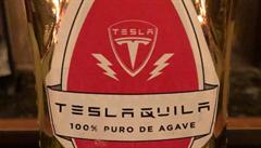 Elektromobily, raketoplány a tequila. Tesla si zaregistrovala známku na alkoholický nápoj