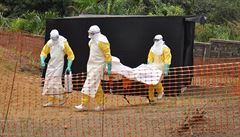 Oběti eboly vydáváme rodinám ve vacích, aby se nenakazily, říká šéf Lékařů bez hranic