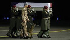 VIDEO: Dojemné loučení. Padlého vojáka vyprovodil na poslední cestě truchlivý štěkot jeho psa