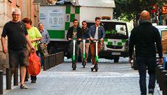 Francie zakáže jízdu elektrokoloběžek po chodnících. Za minulý rok mají na svědomí 286 zraněných a 5 mrtvých