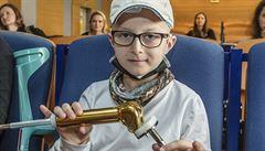 Vyhráli jsme nad osudem, říká matka chlapce, který jako první v Česku dostal rostoucí náhradu kloubu