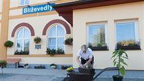 Výpravčí Marcela Ptáčková na vlakové stanici v Blíževedlích na Českolipsku,...