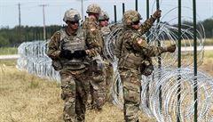 Uzavřu jižní hranici, pohrozil Trump. Vojákům povolil použít proti migrantům smrtící sílu