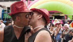 Paříž schválila sňatky gayů, zákon rozděluje Francii