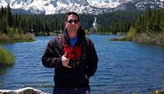 'Zlato, musím jít,' loučil se před smrtí policista. 12 lidí v USA zastřelil bývalý mariňák s psychickými problémy