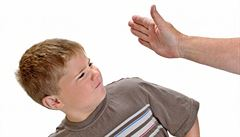 Dítě k rodičům: Řveš na mě? Zavolám na tebe policii!