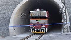 Po večerním požáru už Ejpovickým tunelem znovu jezdí vlaky, nikdo se nezranil