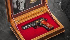 Exkluzivní pistole k výročí republiky jde do dražby. Jeden kus z limitované edice dostal od Babiše Trump