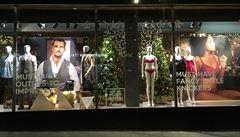 Marks & Spencer pod palbou. Feministkám vadí výloha s kalhotkami a pánskými obleky