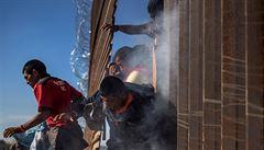 Dav migrantů chtěl násilně překročit hranice z Mexika do USA. Zastavil je slzný plyn