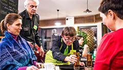 Hrozil jim zánik. Na pražskou kavárnu s hendikepovanými zaměstnanci se nyní stojí fronty