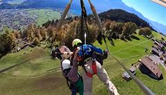 VIDEO: Hrozivý zážitek. Turista kvůli chybě pilota visel na hrazdě rogala, minuty bojoval o život
