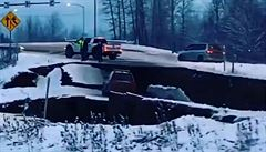 Pobřeží Aljašky se zachvělo. Silné zemětřesení poškodilo silnice i budovy, vlna tsunami nepřišla