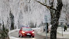 Na silnicích se místy tvoří náledí. Dohlednost snižují sněhové přeháňky