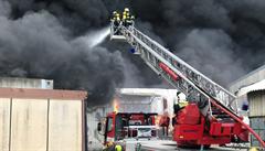 Škoda několik milionů. Rozsáhlý požár ve vojenském prostoru budou hasiči likvidovat tři dny