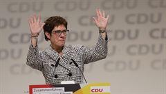 Konec šéfky CDU je i selháním Merkelové, éra kancléřky se blíží ke konci, hodnotí německý tisk